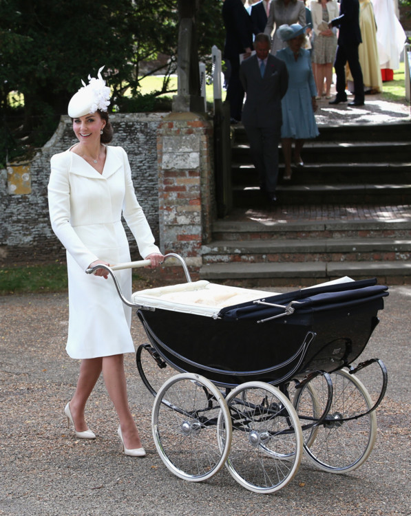 Герцогиня Кэтрин в Alexander McQueen на кретинах принцессы Шарлотты