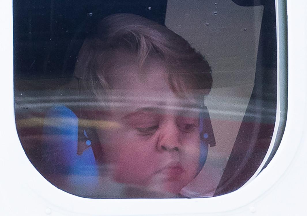 Принц Георг наблюдает в окно самолета во время взлета из аэропорта Виктории, Канада