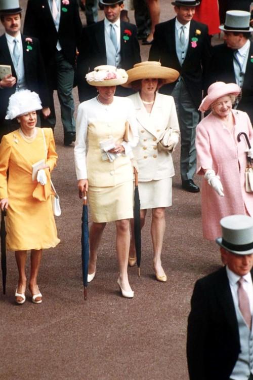 Принцеса Маргарет, принцеса Діана, Сара, герцогиня Йоркська і Єлизавета Боуз-Лайон, 1992 рік