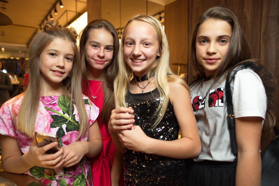 Маша Здесенко с подругами