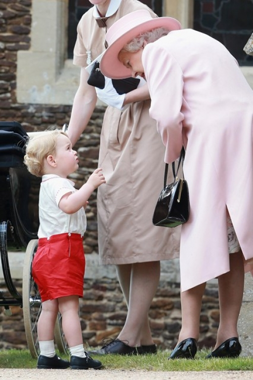 Принц Георг со своей бабушкой по пути на церковную службу во время крестин своей младшей сестры принцессы Шарлотты