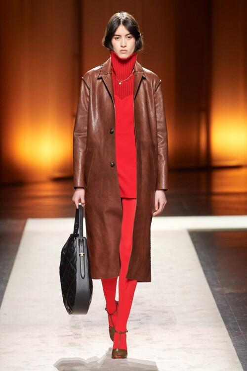 Самые модные кожаные пальто: оттенки шоколада осень-зима 2020/2021 фото