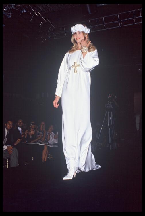 Клаудиа Шиффер во время показа Chanel Haute Couture осень-зима 1991/1992