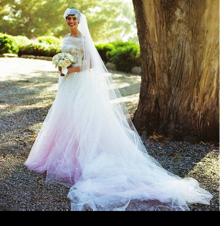 Энн Хэтэуэй в свадебном платье Valentino, 2012