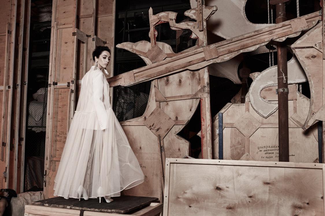 На Екатерине: жакет Givenchy, обувь Sergio Rossi, серьги Oscar De La Renta