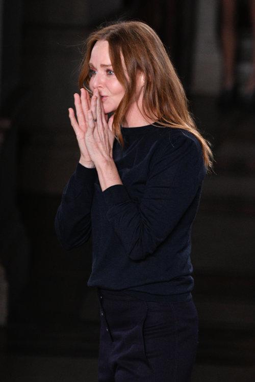 Стелла Маккартни в финале шоу Stella McCartney осень-зима 2017/2018