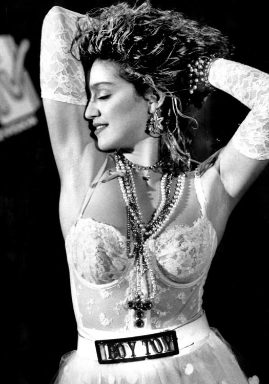 1984. Певица на церемонии MTV Video Music Awards. Этот наряд вошел в историю