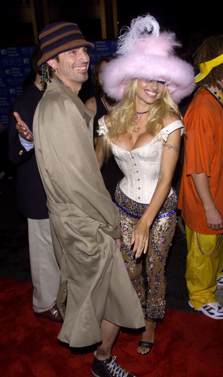 В 1999 году Памела Андерсон украсила VMA в Нью-Йорке в ярко-белом костюме, розовой меховой шапке и украшенных брюках.