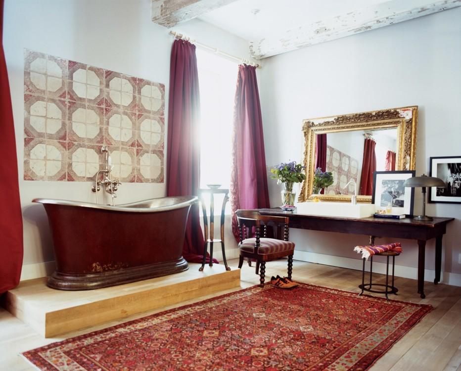 В доме Франсуа Алара, ванна 1830-х годов сидит под плиткой того же периода, найденной во время съемок в Италии для Vogue. Фото: Франсуа Алар, Vogue, 2008