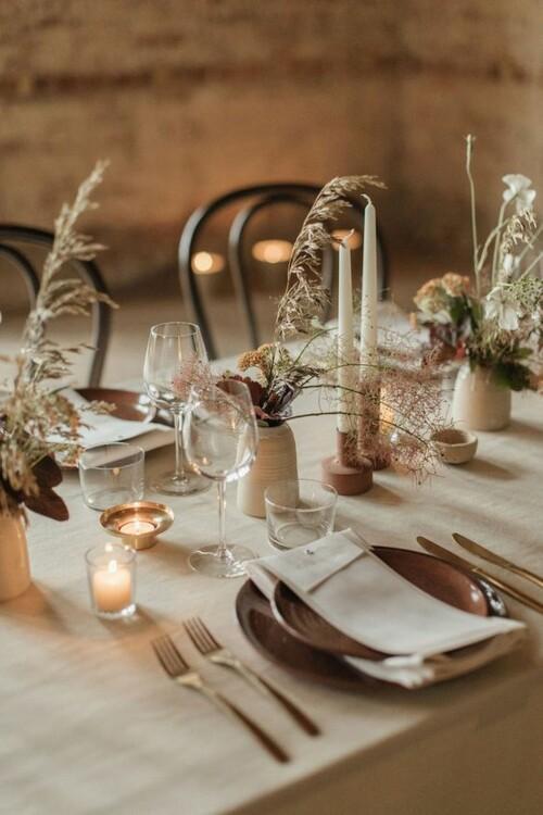Примеры оформления свадебных столов сухоцветами, кисточками и этическими элементами. фото