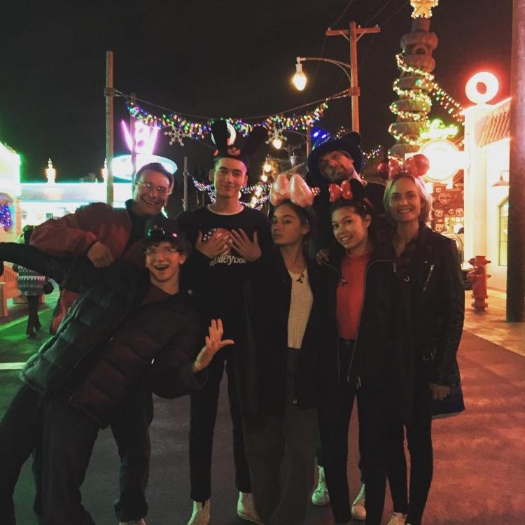 Амбер Валлетта с друзьями в Диснейленде