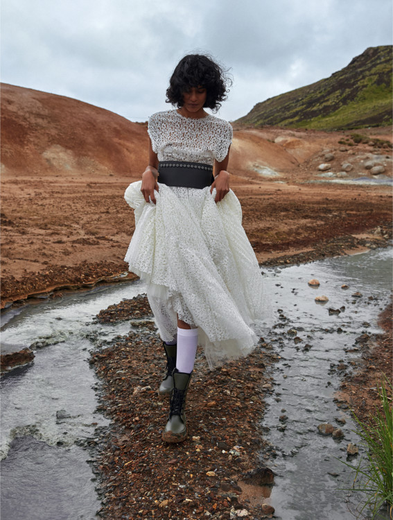 Сукня з мережива, шкіряний пояс, гумові чоботи, все – Dior; шкарпетки з поліаміду, Calzedonia
