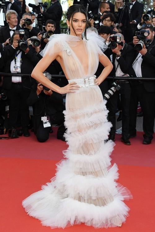 Кендалл Дженнер в платье Schiaparelli Couture и украшениях Chopard