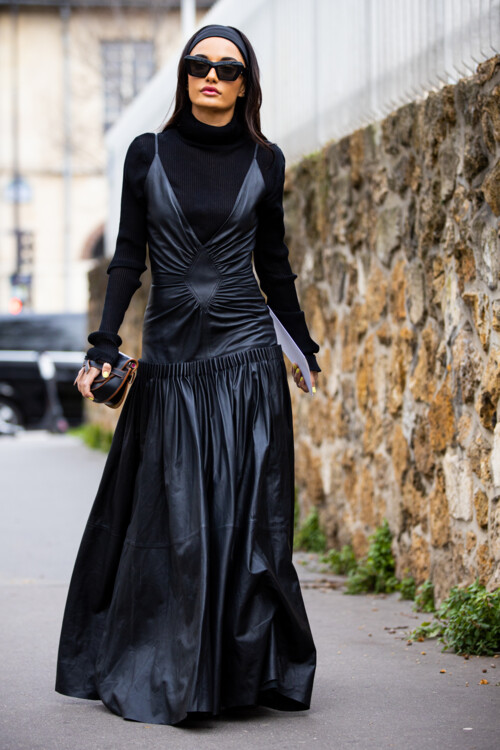 Длинное черное платье стритстайл фото осень 2020 фото
