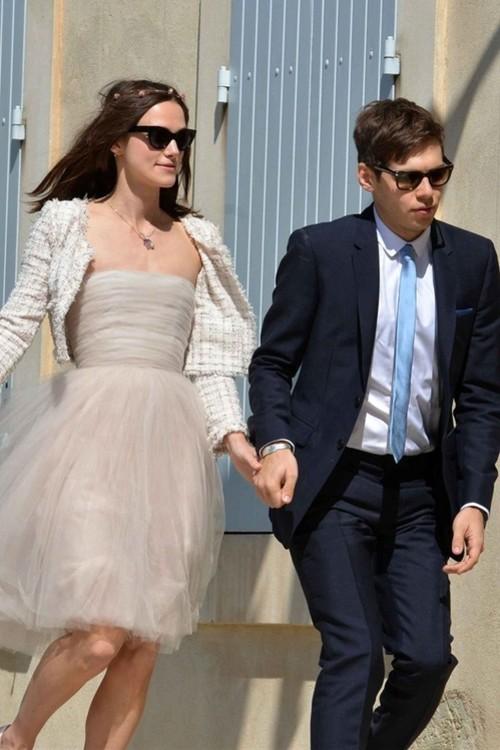 Кира Найтли в бежевом платье-бюстье Chanel