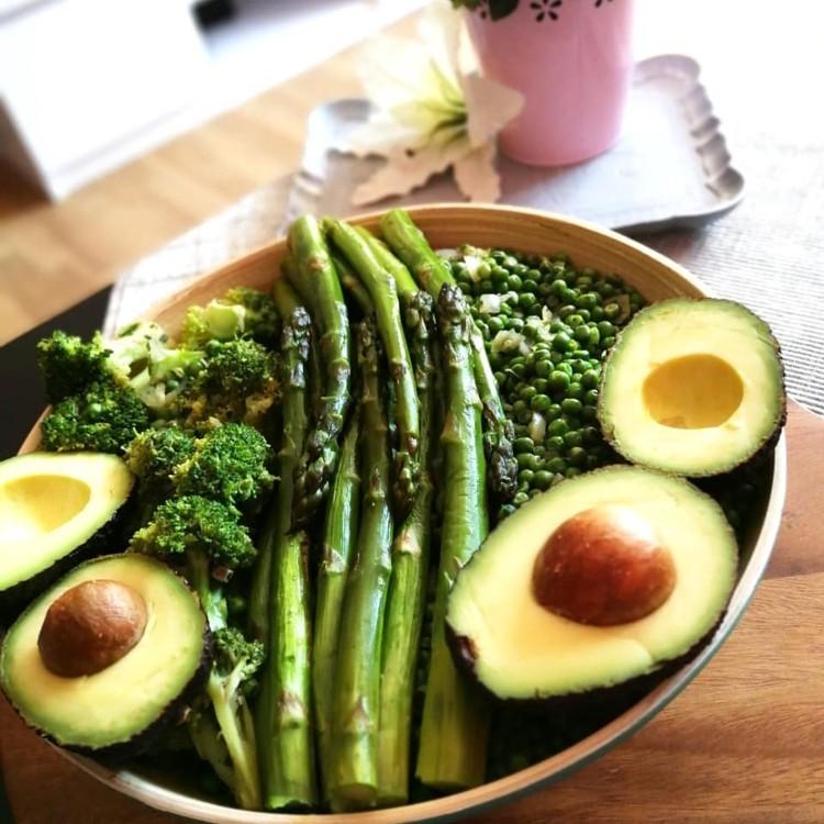 Салат с авокадо, спаржей, брокколи и зеленым горошком @figsdates
