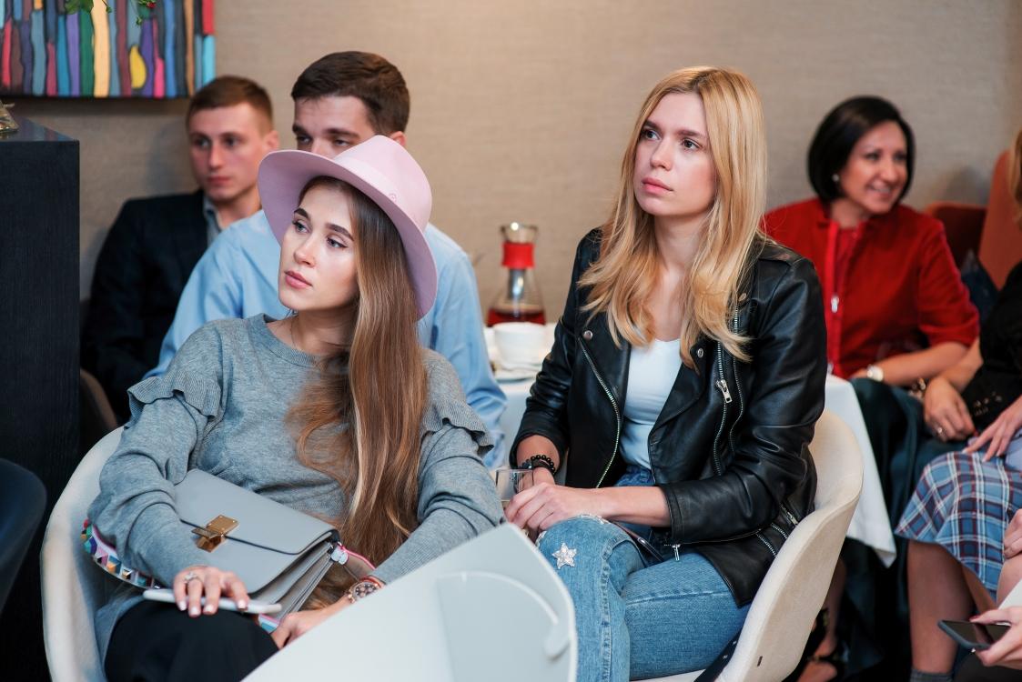 Анастасия Пилипишина (слева)