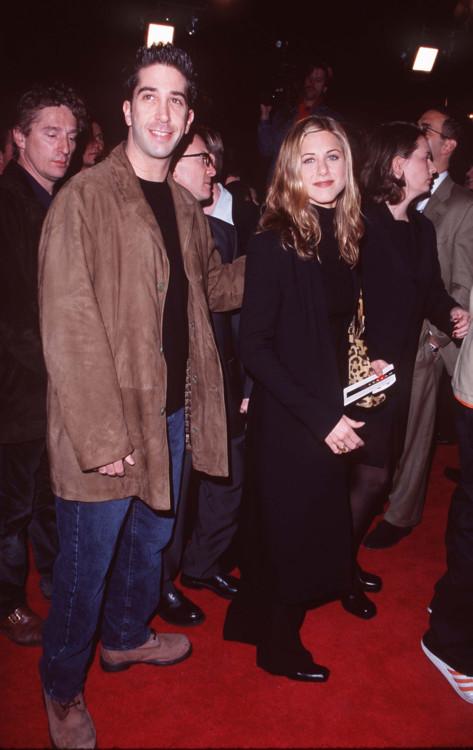 Девід Швіммер і Дженніфер Еністон на прем'єрі фільму «Крик 2»