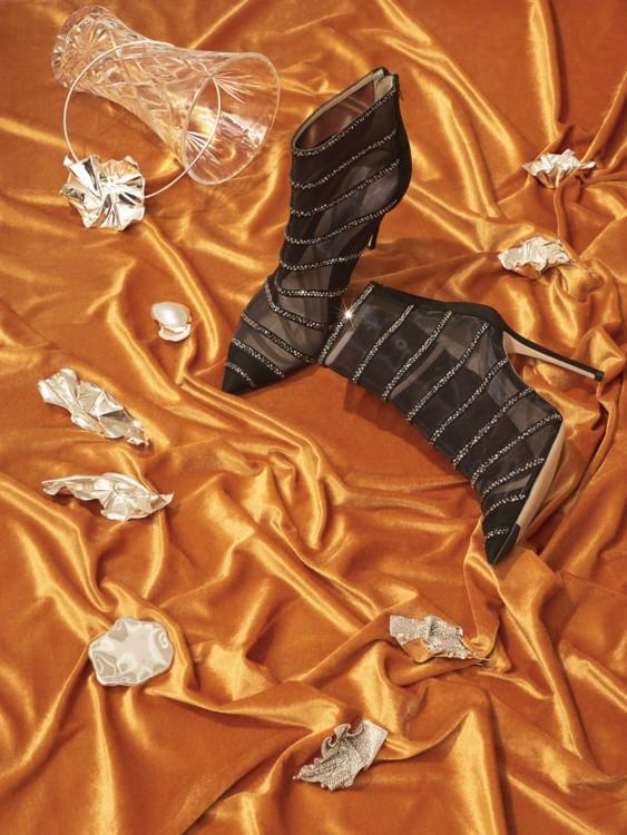 По часовой стрелке:  Ботильоны из крепа с кристаллами, Jimmy Choo; серьги, латунь, Closer by Wwake; серьги, латунь, кристаллы, Closer by Wwake; моносерьга, латунь, ALL BLUES; серьги, латунь, Closer by Wwake; серьги, латунь, ALL BLUES; ожерелье, латунь, Cl