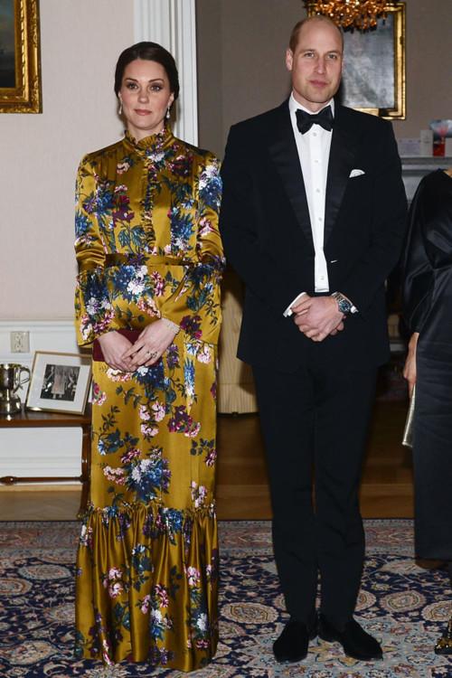 Платье Erdem, жемчужный браслет Nigel Milne (из коллекции принцессы Дианы), серьги из жемчуга  (из коллекции принцессы Дианы)
