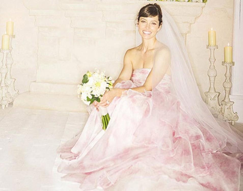 Джессика Бил в платье от Giambattista Valli.