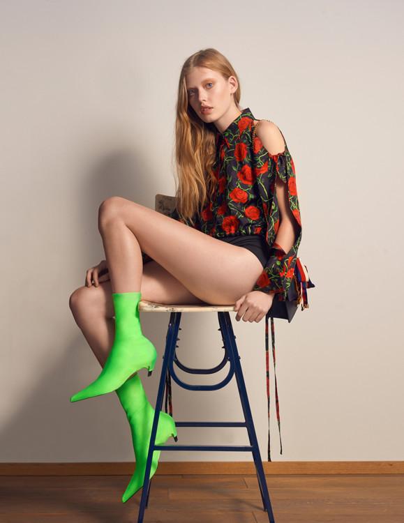 Шелковая блуза, Alexander Wang; Купальник из эластана и полиамида, Calzedonia; Кожаная сумка, Gucci; Сапоги из полиамида и эластана, Balenciaga.