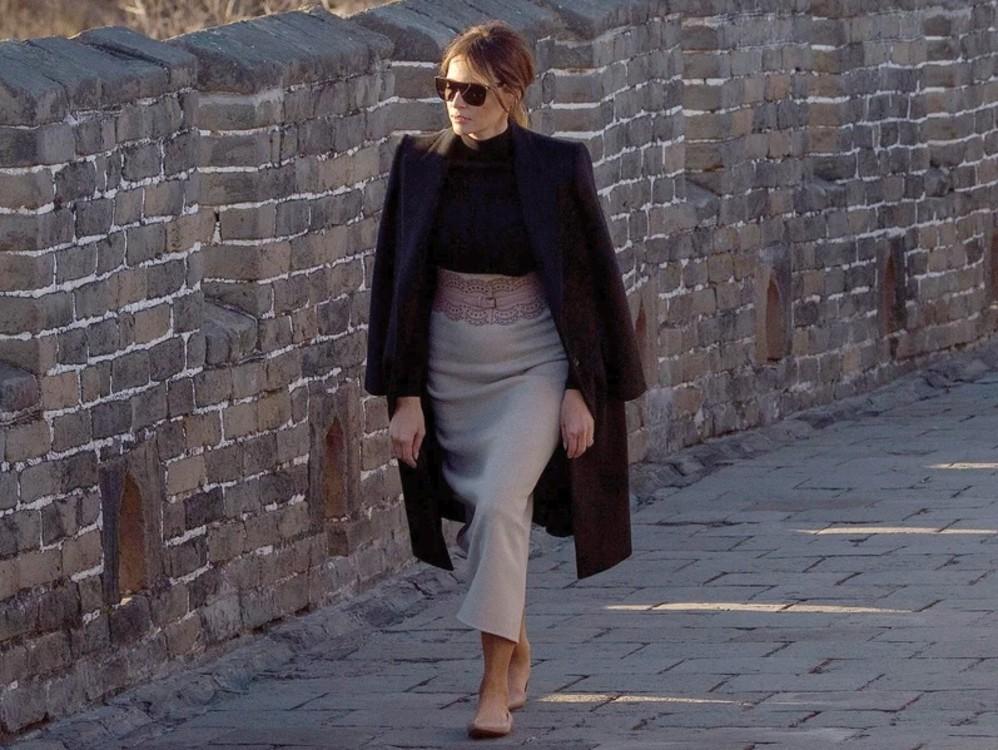 Мелания Трамп в юбке и свитере The Row, пальто Dolce & Gabbana, балетках Christian Louboutin