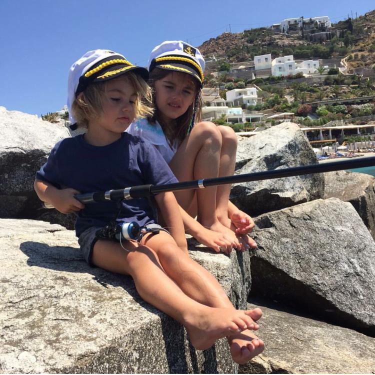 дети Алессандры Амбросио на рыбалке