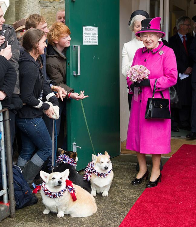 Королева Елизавета ІІ во время визита в Шерборн, графство Дорсет