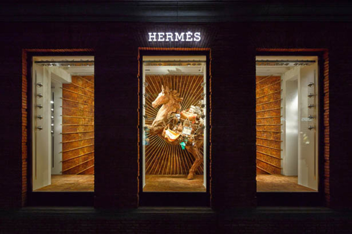 Витрина бутика Hermes в Шанхае