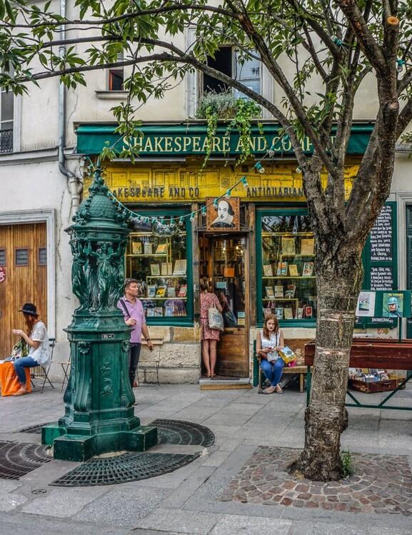 Самый атмосферный книжный магазин в Париже Shakespeare & Company находится на 37 Rue de la Bûcherie в 5-ом округе. Здесь красивее всего весной, когда цветут вишни, а вкусный кофе варят в новенькой кофейне по соседству.