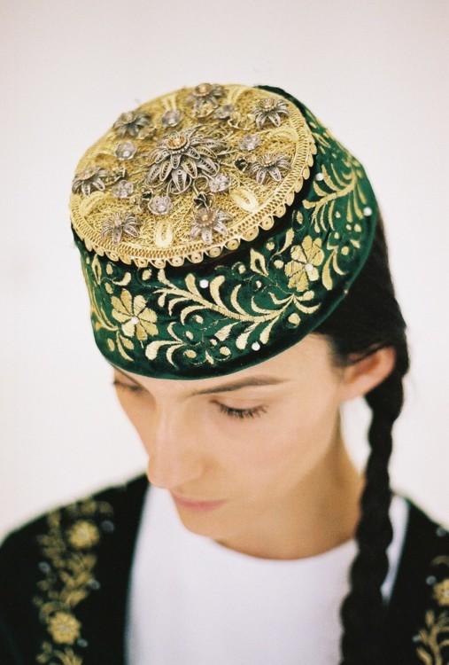 На Ельнарі Абдуллаєвій зелена вишита оксамитова феска.