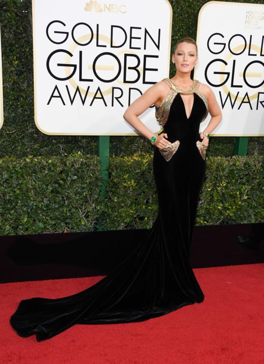 """Блейк Лайвли в Versace на церемонии """"Золотой глобус"""" 2017"""