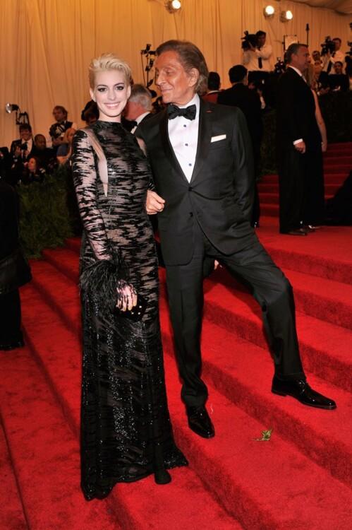 Энн Хэтэуэй в Valentino и Валентино Гаравани, MET Gala 2013