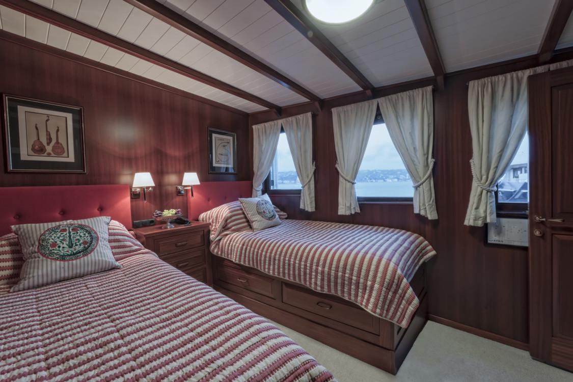Комната на двоих на крутизной ретро-яхте Halas 71.