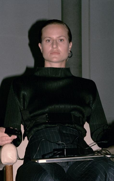 Топ изо льна, Issey Miyake ; шерстяные брюки, Imogen Wright; кожаные ботинки, Dior; серьга, металл, Céline Серия работ с детектором лжи Self Graph, 2016