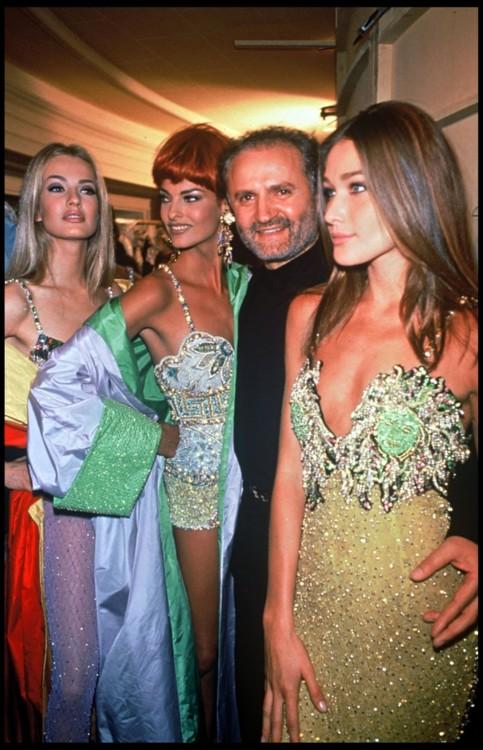 Карен Мюдлер, Линда Евангелиста, Джанни Версаче и Карла Бруни, Versace весна-лето, 1992, Париж