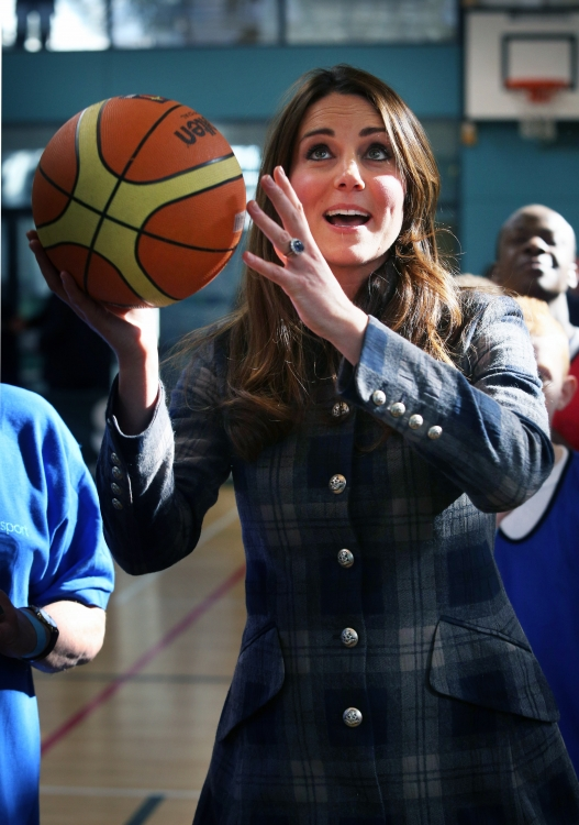 Кейт Миддлтон играет в баскетбол