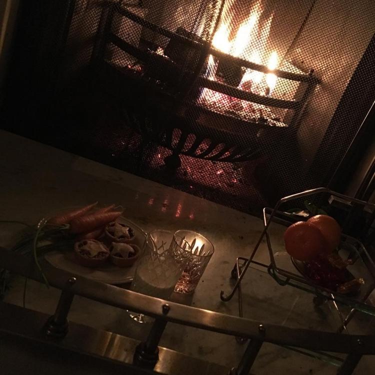"""""""Терпеливое ожидание Санты. Дети быстро уснули"""", – продолжает Дэвид Бекхэм делиться своим Рождеством в компании жены Виктории"""