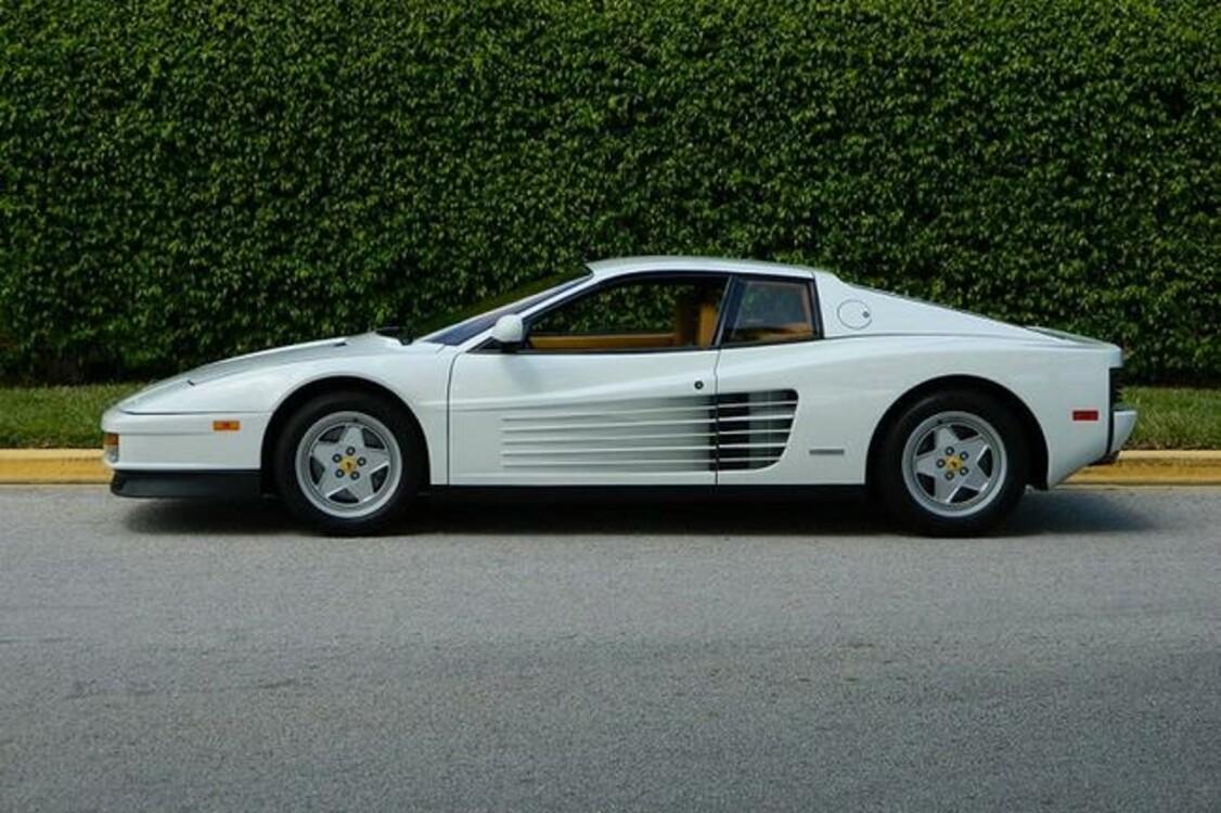 """Ferrari Testarossa (1991) тоже полагался герою Ди Каприо в """"Волке с Уолл Стрит"""" (2013). Автомобиль классно подчеркнул стиль 1980-х."""