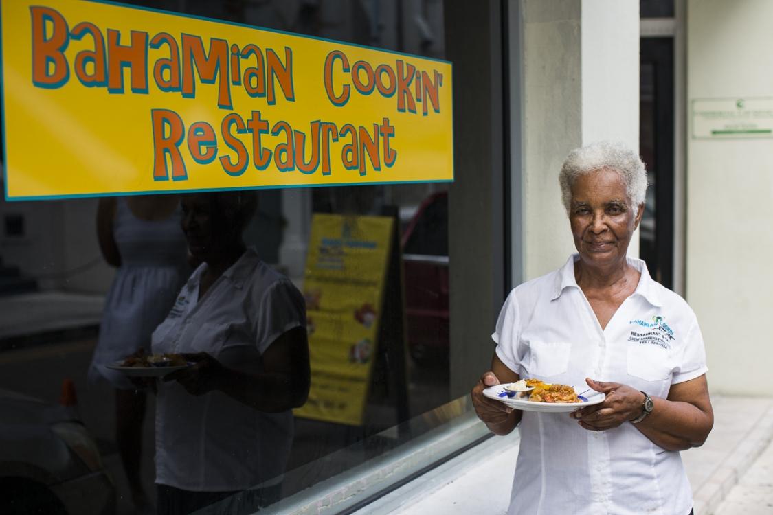 Мисс Уоллис, владелица ресторана Bahamian Kitchen