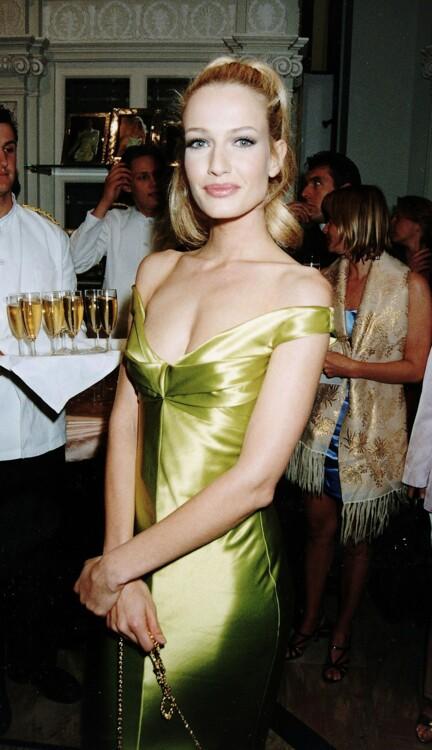 Карен Малдер на вечеринке Versace и Элтона Джона в июне 1995 года