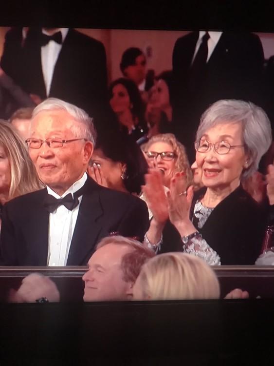 Родители актрисы и ведущей церемонии Сандры О во время шоу постоянно аплодировали дочери