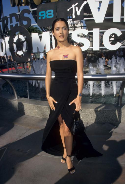 В 1998 году Сальма Хайек восхитительно выглядела в облегающем черном платье и с бабочками, символизирующими надежду.