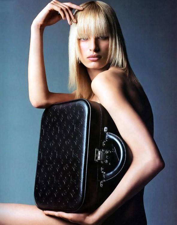 Каролина Куркова в рекламной кампании Louis Vuitton осень 2001. Фото: Partrick Demarchelier