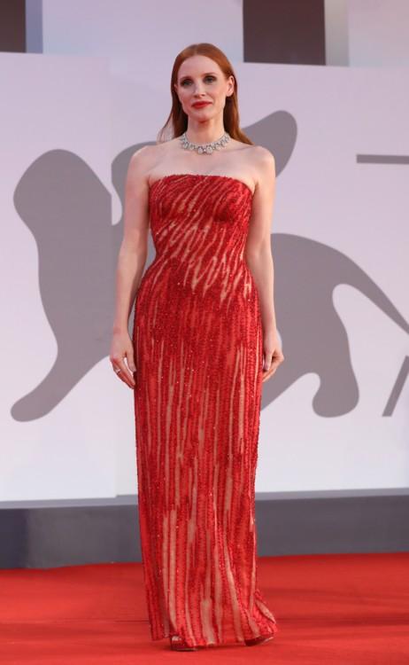 Джессика Честейн в Versace
