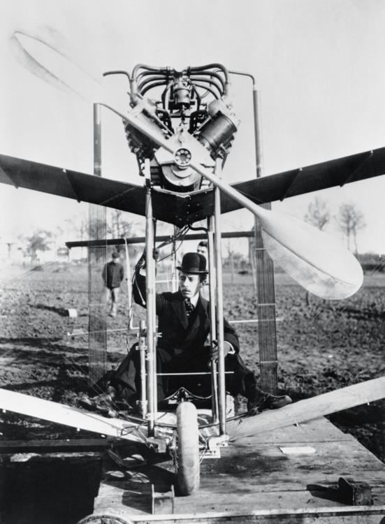 Альберто Сантос-Дюмон в самолете №15 собственного изобретения, 1907 год