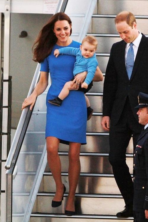 Принц Георг с его родителями в австралийской аэропорту в Канберре