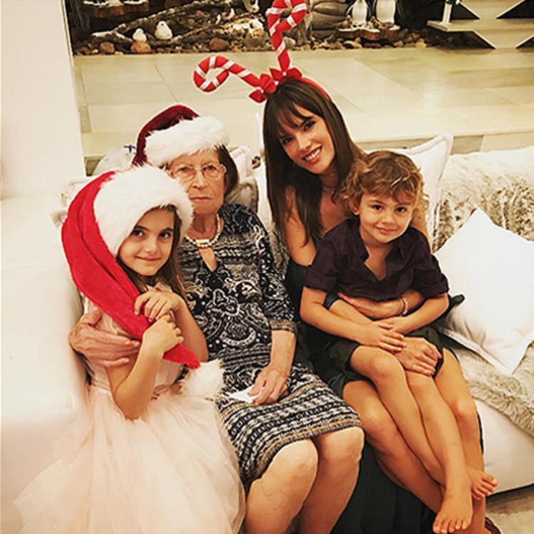 Модель Алессандра Амбросио с семьей