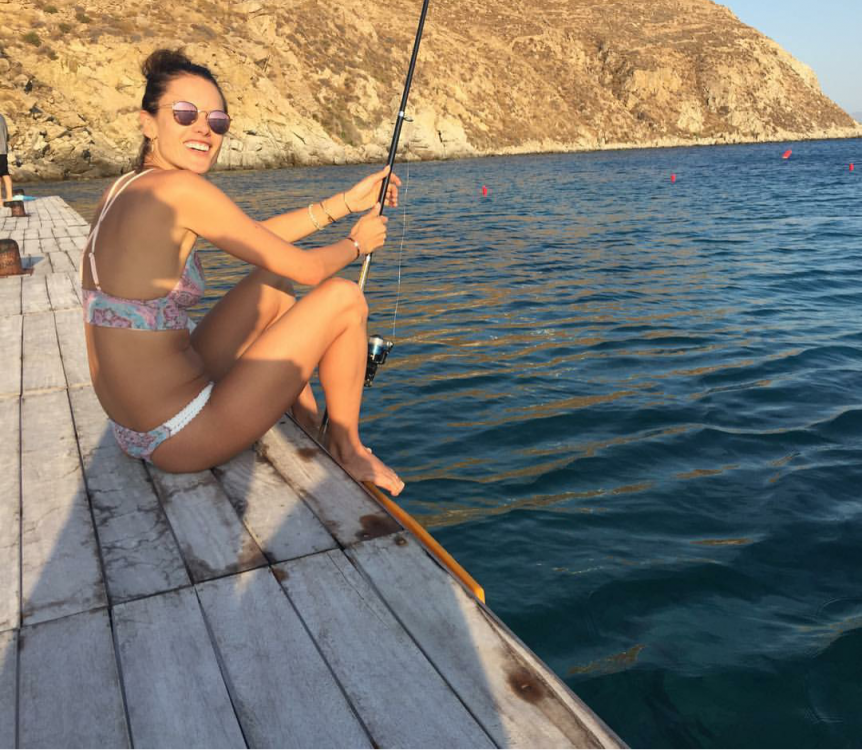 Алессандра Амбросио на рыбалке
